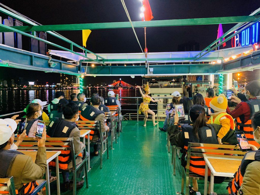 Khách tham gia tour trải nghiệm du thuyền Sông Hàn