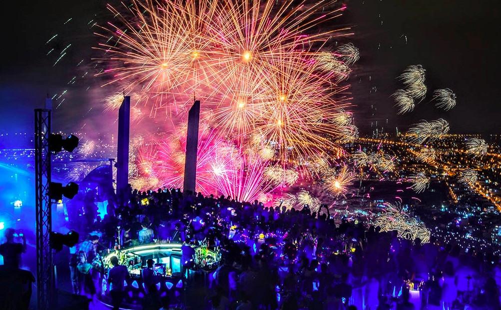 Du khách xem pháo hoa từ tầng 36 khách sạn Novotel Đà Nẵng