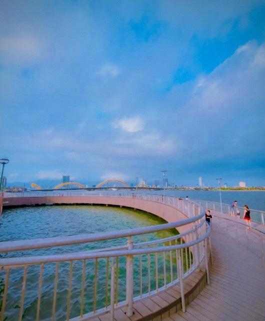 Cầu Bán Nguyệt Đà Nẵng với view nhìn toàn cảnh cầu Rồng