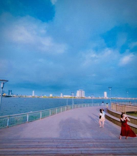 Du khách tham quan chụp hình lưu niệm tại Cầu Bán Nguyệt Đà Nẵng