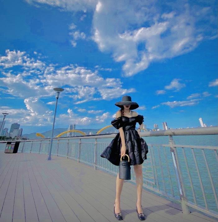 Giới trẻ Đà Thành check in sống ảo tại Cầu Bán Nguyệt Đà Nẵng
