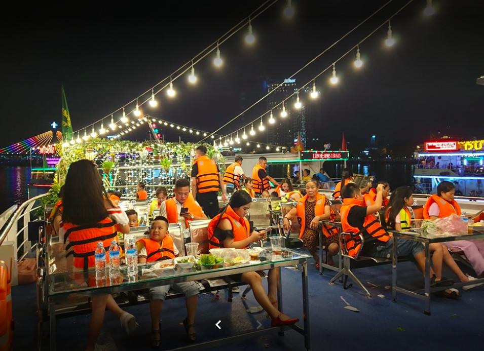 Du khách ăn nhẹ trên du thuyền sông Hàn