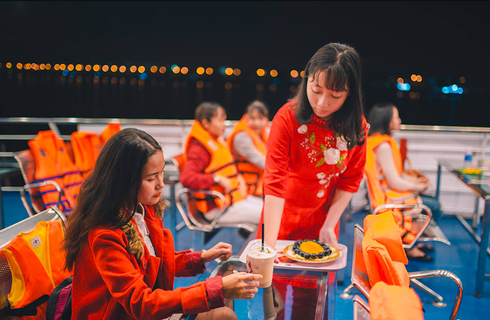 Du khách tham quan trên du thuyền Sông Hàn