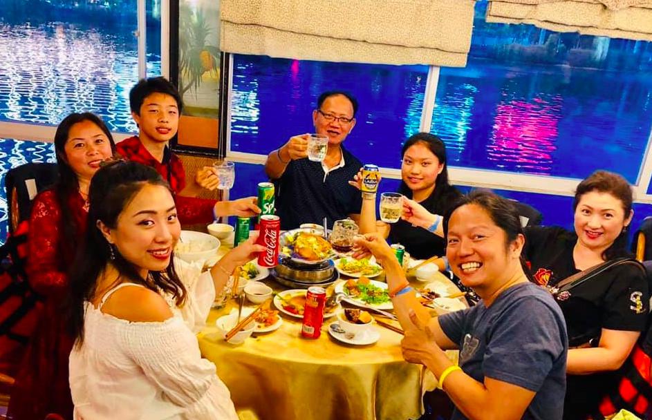 Du khách ăn tối trên du thuyền sông Hàn Đà Nẵng